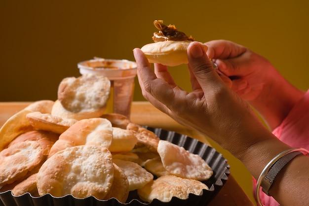 Les mains de la femme préparant la pâte feuilletée traditionnelle argentine et dulce de leche alfajores