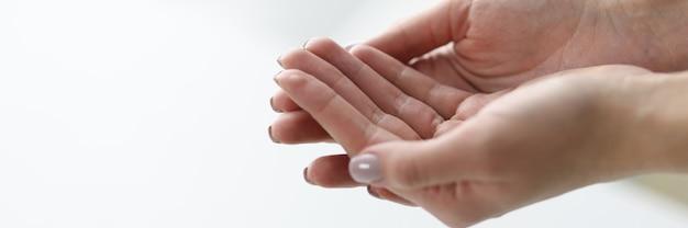 Les mains de la femme sont réunies sur fond clair. services du concept de centres médicaux de bien-être