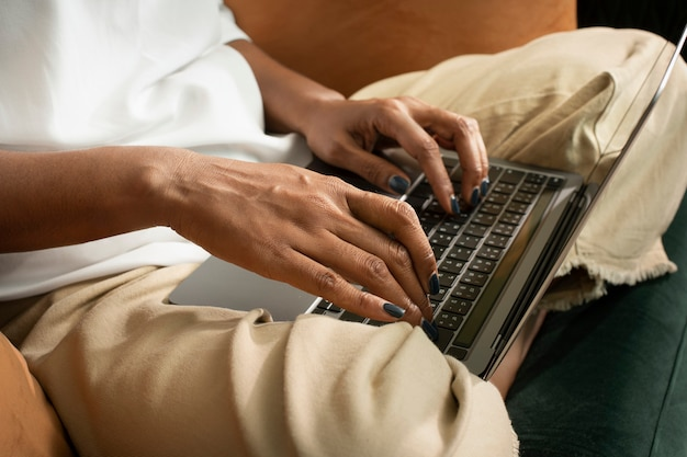 Les mains d'une femme tapant sur un ordinateur portable dans la nouvelle normalité