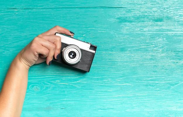 Mains de femme tenant un appareil photo rétro