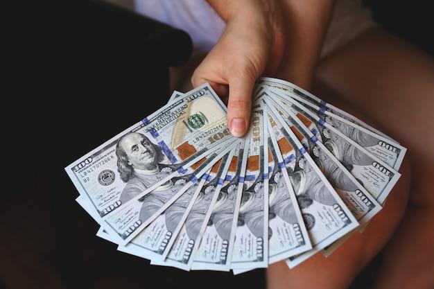 Mains de femme tenant de l'argent
