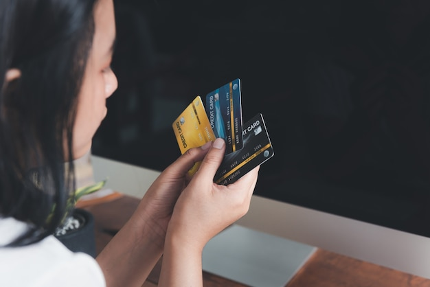 Mains de femme tenant une carte de crédit pour les achats en ligne ou le commerce électronique