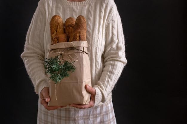 Mains de femme tenant un sac à provisions