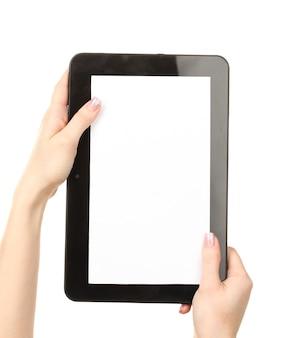 Mains de femme tenant une tablette sur blanc