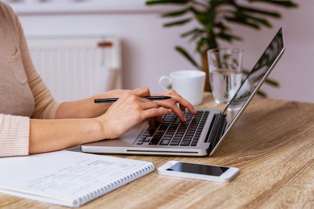 Mains de femme travaillant sur un ordinateur portable