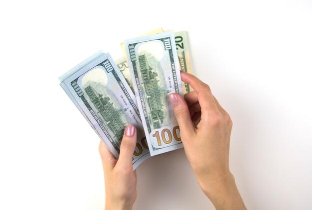 Les mains des femmes comptent de l'argent la main des femmes compte un paquet de dollars