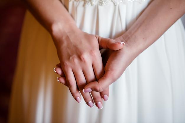 Les mains des femmes dans le château.