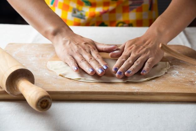Les mains des femmes font de la pâte pour le gutab plat azerbaïdjanais.