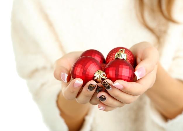 Mains de femmes avec des jouets du nouvel an isolés sur blanc