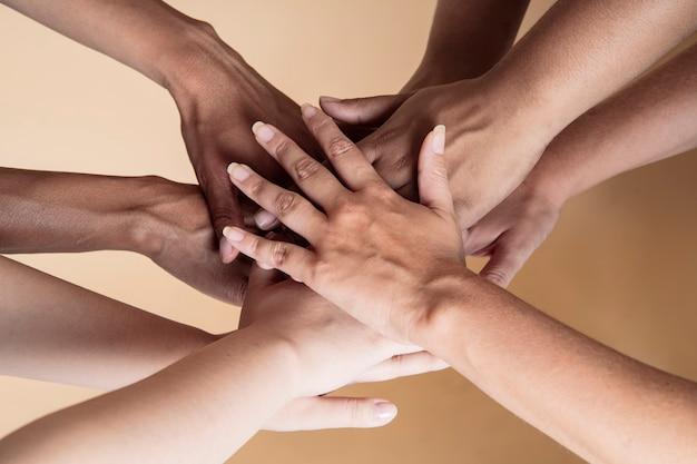 Les mains des femmes multiethniques ensemble