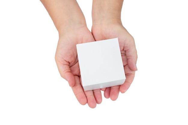 Les mains des femmes tiennent une boîte en carton blanche isolée sur fond blanc