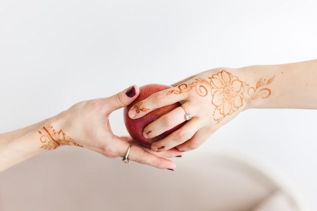 Mains de filles peintes au henné, peinture traditionnelle, traditions de mariage