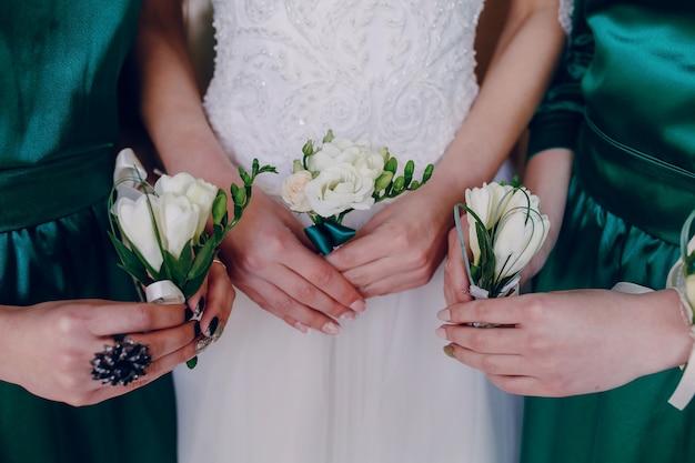 Mains avec des fleurs