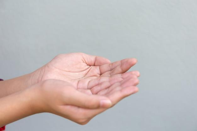 Mains sur fond gris