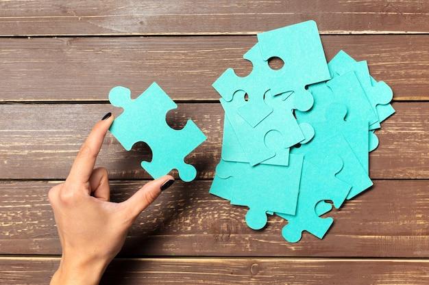 Mains sur fond de pièces de puzzle