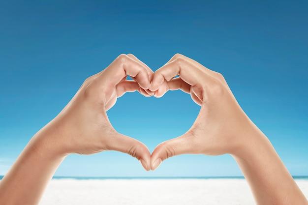 Mains avec forme d'amour