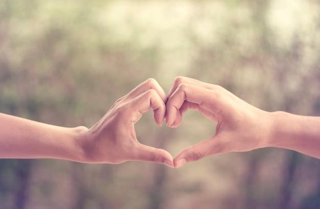 Mains en forme de coeur d'amour vintage