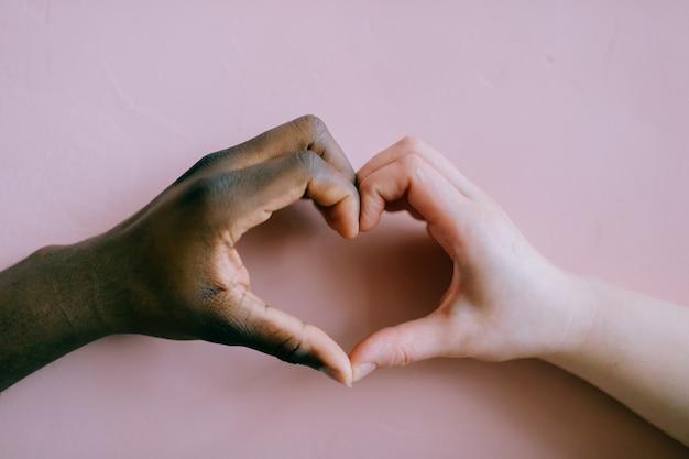 Mains en forme de coeur