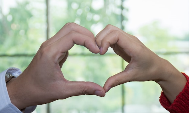 Mains en forme de coeur.