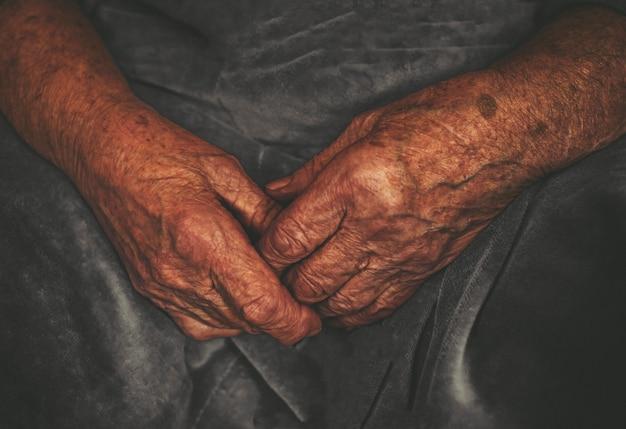 Mains froissées d'un vieux retraité - fond de grand-mère