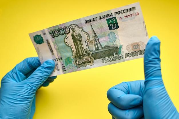 Mains, gants, tenue, billet banque