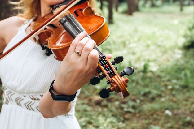 Mains d'un gros plan violoniste.