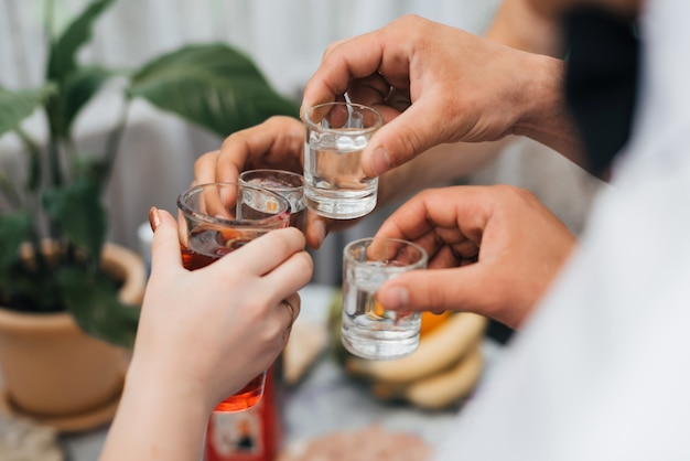 Mains, groupe, amis, cliquetis, lunettes, de, vodka