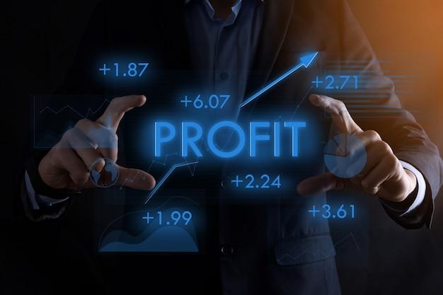 Mains d'homme d'affaires tenant l'inscription de profit et la flèche vers le haut.