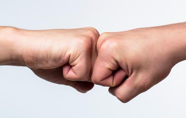 Mains d'homme personnes fist bump travail d'équipe