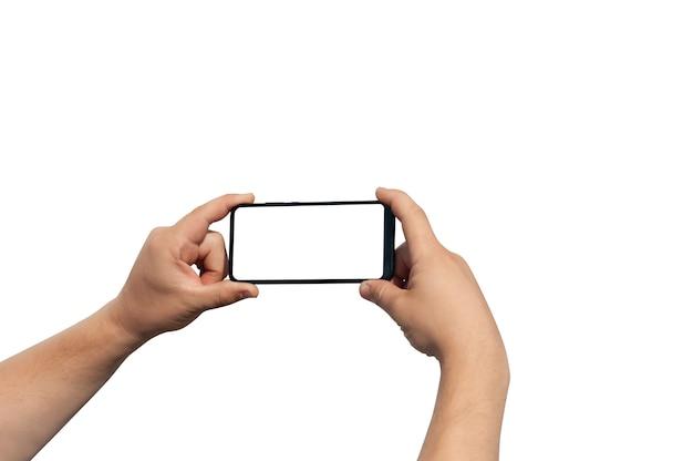 Mains de l'homme tenant le smartphone