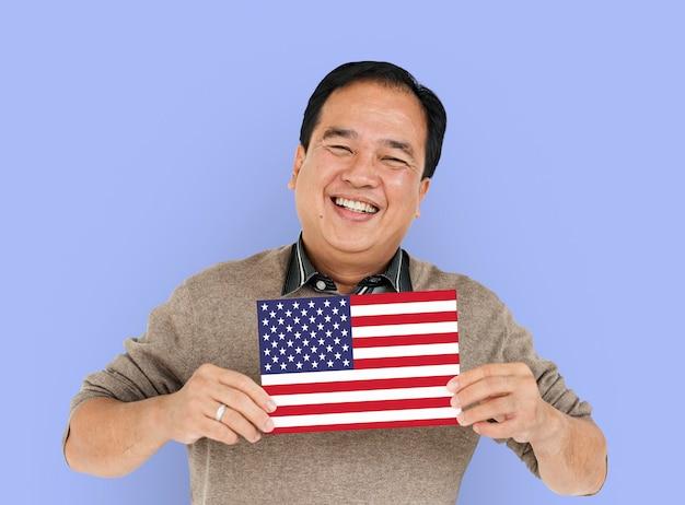 Les mains de l'homme tiennent le drapeau américain dans le patriotisme