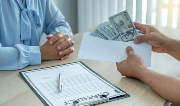 Les mains d'hommes d'affaires qui soudoient des fonctionnaires pour signer des contrats