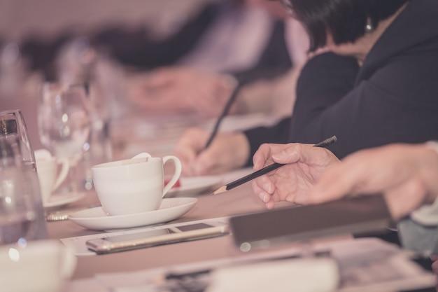 Mains d'hommes d'affaires avec un stylo ou un crayon