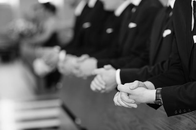 Mains d'hommes dans une église