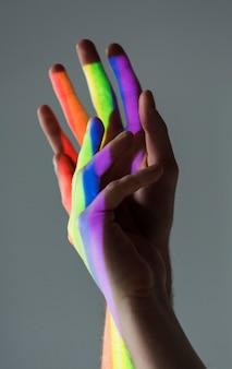 Mains d'hommes gays se tenant les uns les autres