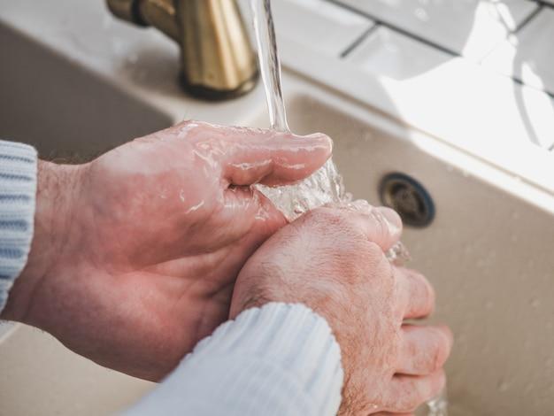 Les mains des hommes et un pain de savon