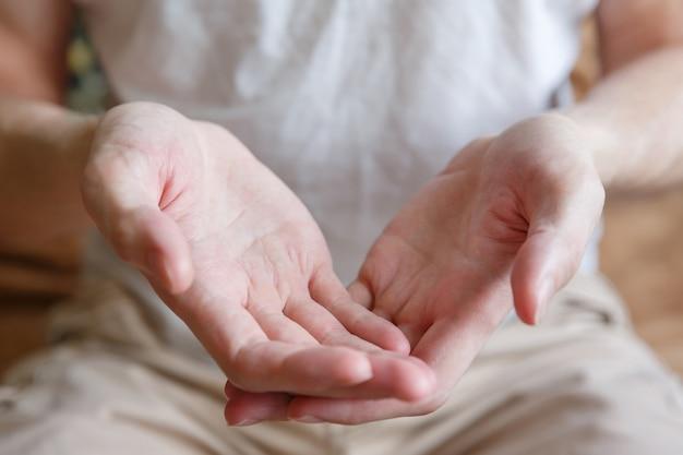 Les mains des hommes tiennent ou donnent quelque chose comme geste de la main