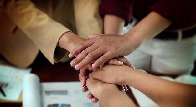 Mains humaines empilées ensemble, signe et symbole d'un collaborateur