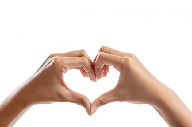 Mains humaines faisant le symbole du coeur