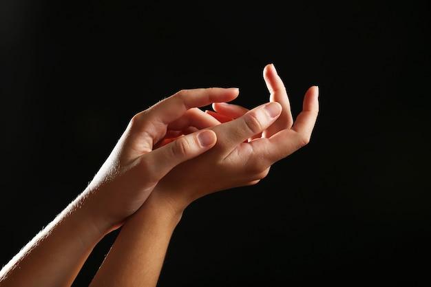 Mains humaines sur fond noir