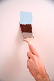 Mains humaines, peinture murale avec pinceau