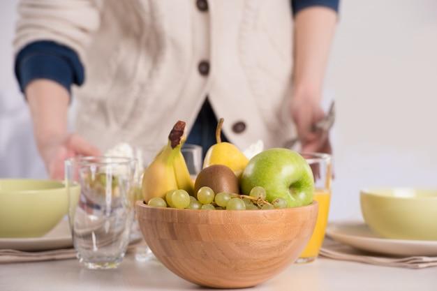 Mains humaines, préparer la table pour le déjeuner