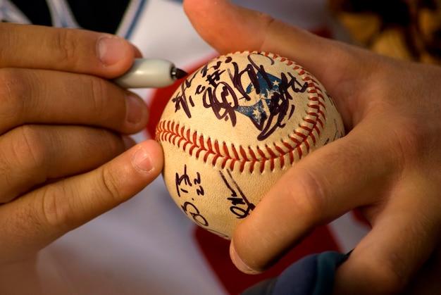 Des mains humaines se signant sur la balle, gros plan