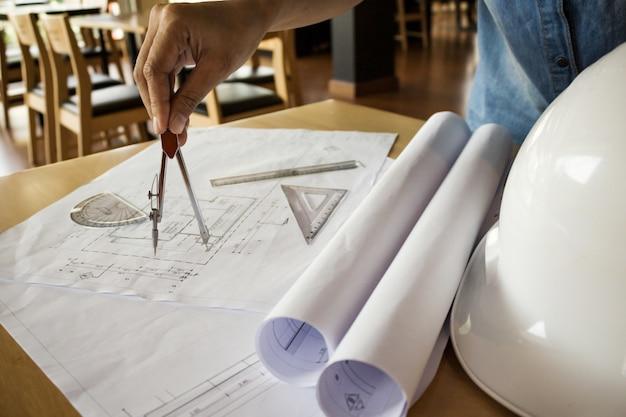 Mains d'ingénieur travaillant sur le modèle, concept de construction. outils d'ingénierie effet de filtre rétro-tonalité de tension, mise au point douce (mise au point sélective)