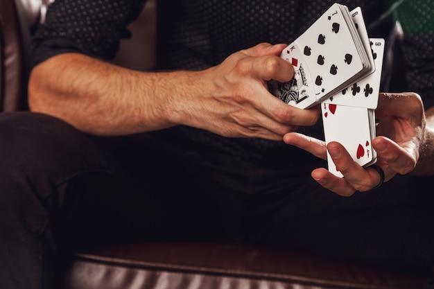 Mains intelligentes de magicien sur fond noir