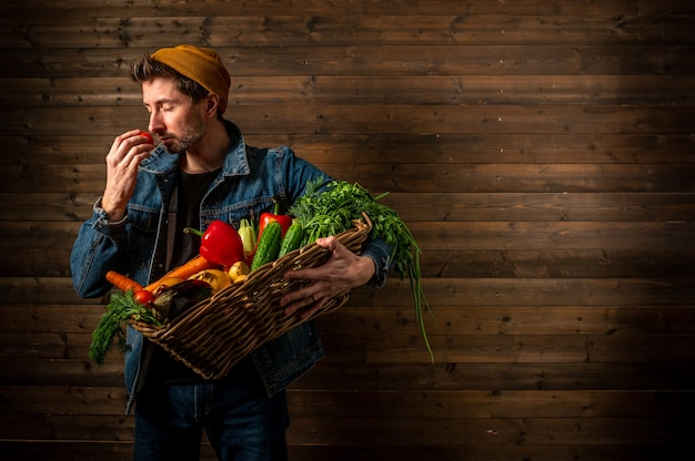 Mains jeune agriculteur tient une boîte de légumes biologiques agriculture champ récolte jardin nutrition bio frais. prise de vue en studio.