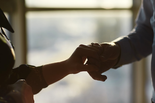 Mains d'un jeune couple avec une bague. gros plan, homme, donner, bague diamant, à, femme