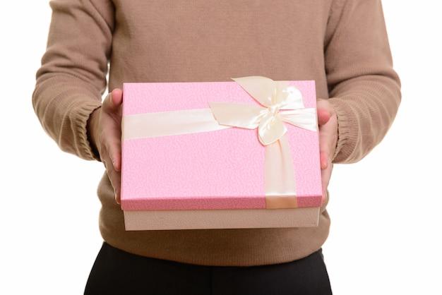 Mains de jeune homme donnant un coffret cadeau prêt pour la saint-valentin
