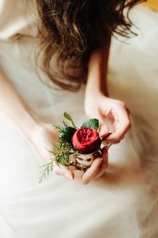 Les mains d'une jeune petite fille tenant une fleur