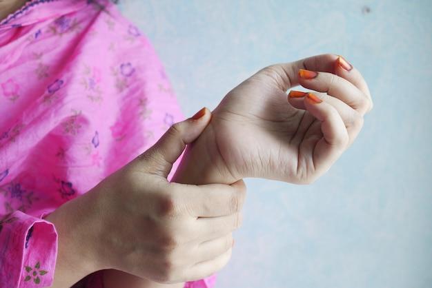 Mains de jeunes femmes souffrant de douleurs au poignet